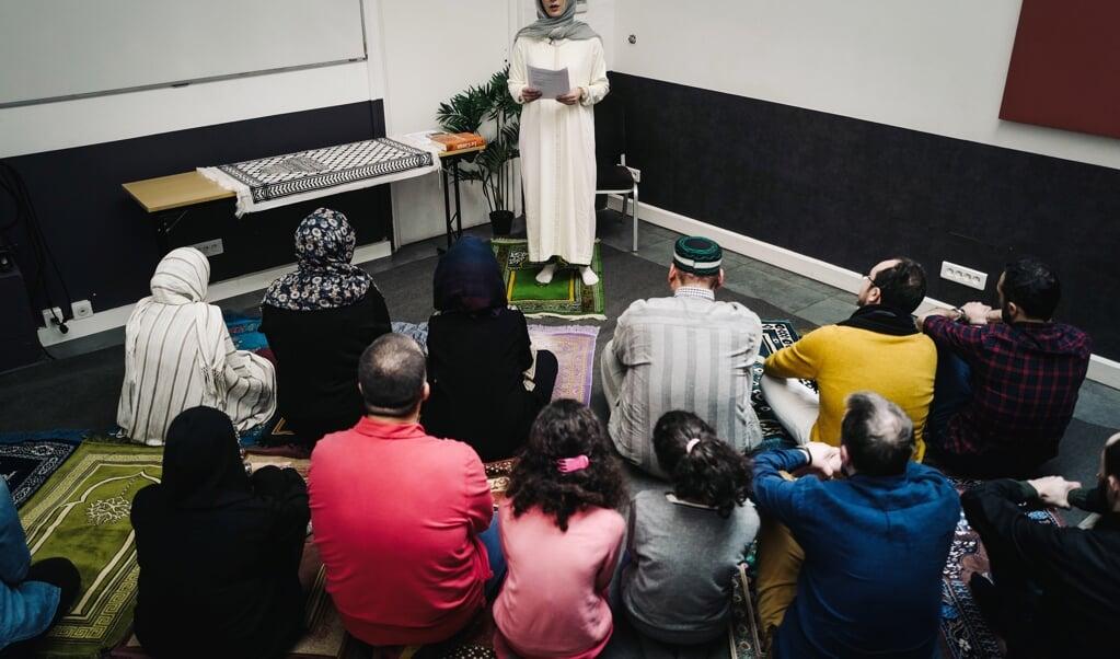 Imame Kahina Bahloul gaat voor tijdens het islamitische gebed, met een gemengd publiek.  (beeld afp / Lucas Barioulet)