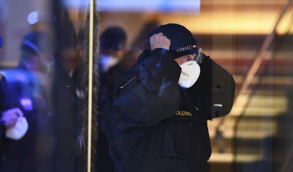 Politieagenten komen aan in een hotel in Innsbruck, waar een vrouw werkt die het coronavirus bij zich bleek te dragen.  (beeld epa / Christian Bruna)