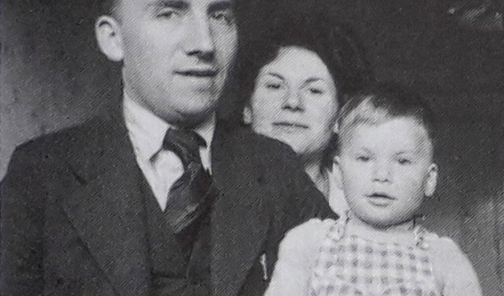 Jaap, Liesje en Ischa in 1945. Het is de enige foto waar Ischa samen met zijn vader en moeder op staat.  (beeld uit boek van Evelien Gans, Jaap en Ischa Meijer 1902-1956)