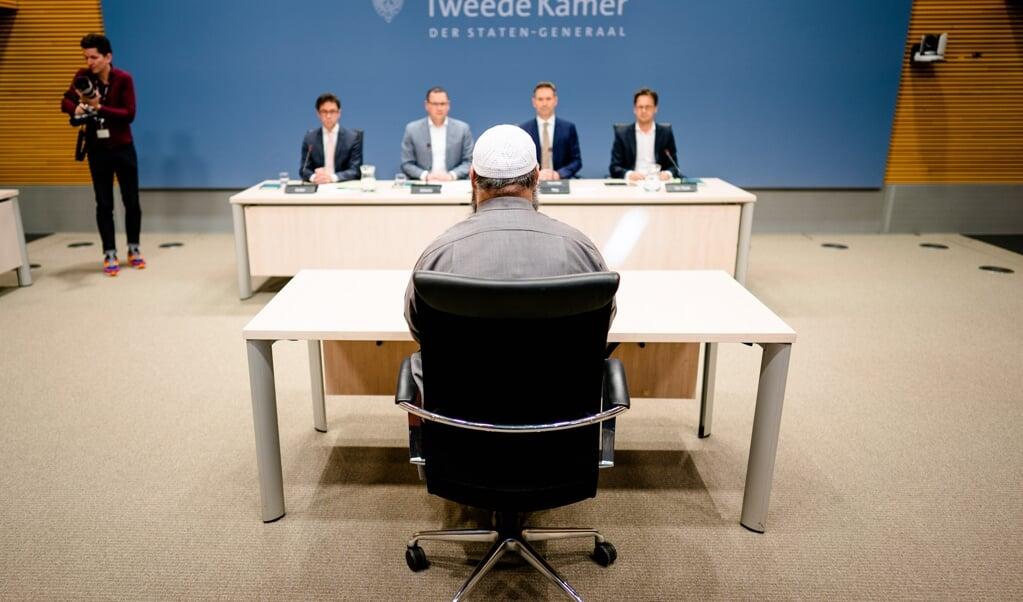 De parlementaire onderzoekscommissie rond ongewenste islamitische invloeden uit het buitenland zette moslims in de beklaagdenbank, vindt Maurits Berger.  (beeld anp / Bart Maat)