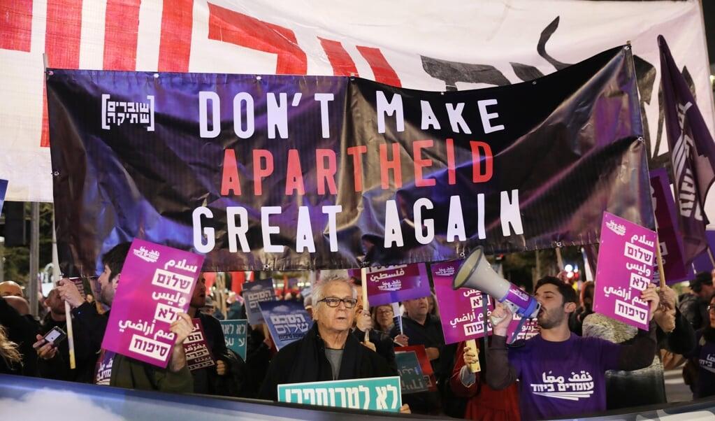 Zaterdag demonstreerden tegenstanders van de vredesdeal van Trump in Tel Aviv.  (beeld Epa/abir Sultan)