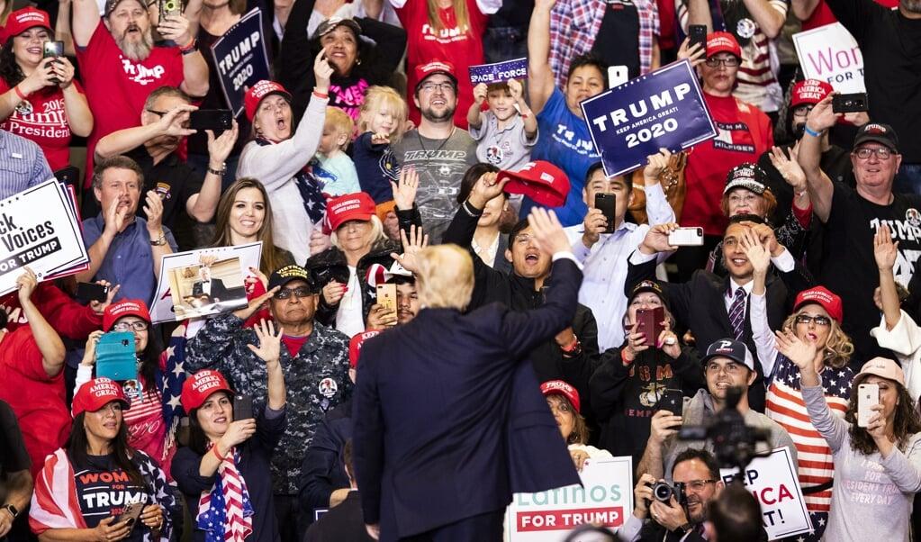 Donald Trump op een bijeenkomst met aanhangers in Las Vegas, in februari van dit jaar. In hun ogen is Trump meer dan een politicus: hij gaat voorop in een existentiële strijd om het behoud van partij, cultuur en land.  (beeld epa / Etienne Laurent)