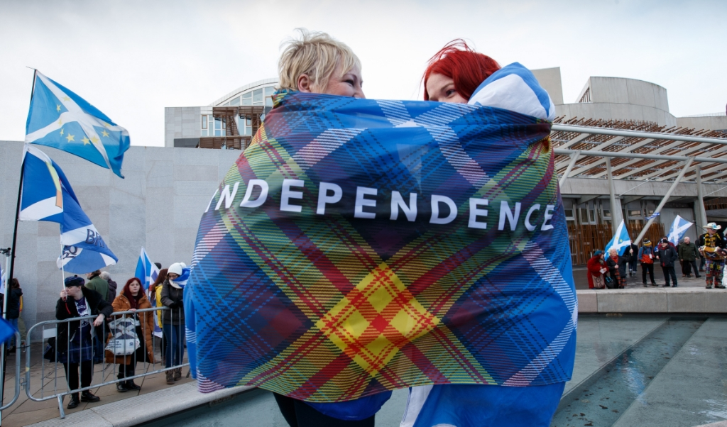 2020-02-01 12:51:49 epa08185089 Protesters with a banner 'Independence' take part in a demonstration of Stand Up For Scotland outside the Scottish Parliament at Holyrood, Edinburgh, Scotland, Britain, 01 February 2020, a day after Britain has officially left the EU.  EPA/ROBERT PERRY  (beeld Epa/robert Perry)