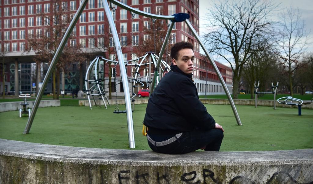 Kees Jan van Boxtel in het Bredase speeltuintje waar na 10 uur 's avonds niet meer geschommeld mag worden.  (beeld Marcel van den Bergh)