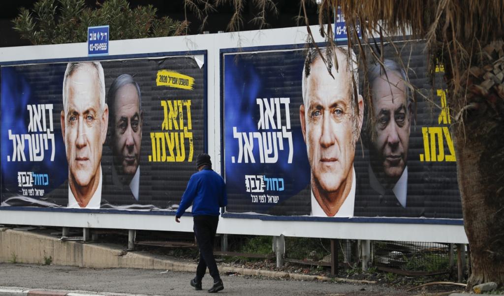 Ook na drie verkiezingen gaat het pokerspel om de macht in Israël tussen premier Netanyahu en oppositieleider Benny Gantz tot de laatste uren voor de deadline door.  (beeld AHMAD GHARABLI / AFP)
