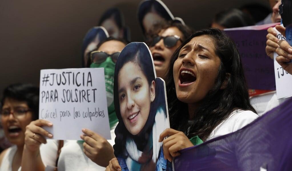 Vrouwen in Peru eisen gerechtigheid voor de vermoorde Solsiret Rodríguez. Pas na drie jaar werd een onderzoek naar haar vermissing gestart.   (beeld epa / Paolo Aguilar)