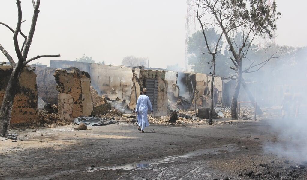 Deel van de schade na een aanval door leden van ISWAP in het Nigeriaanse Auno, waarbij de jihadisten ook vrouwen en kinderen kidnapten.   (beeld AUDU MARTE / AFP)