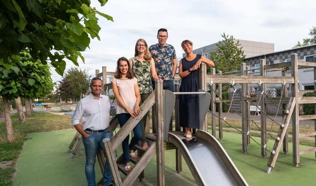 Het kernteam van De Rustplek bestaat uit (van links naar rechts) Udo, Esther, Rosanne, Wiebe en Jutta. 'Wij vormen een informeel netwerk, we kunnen snel schakelen.'  (beeld Cees Wouda)
