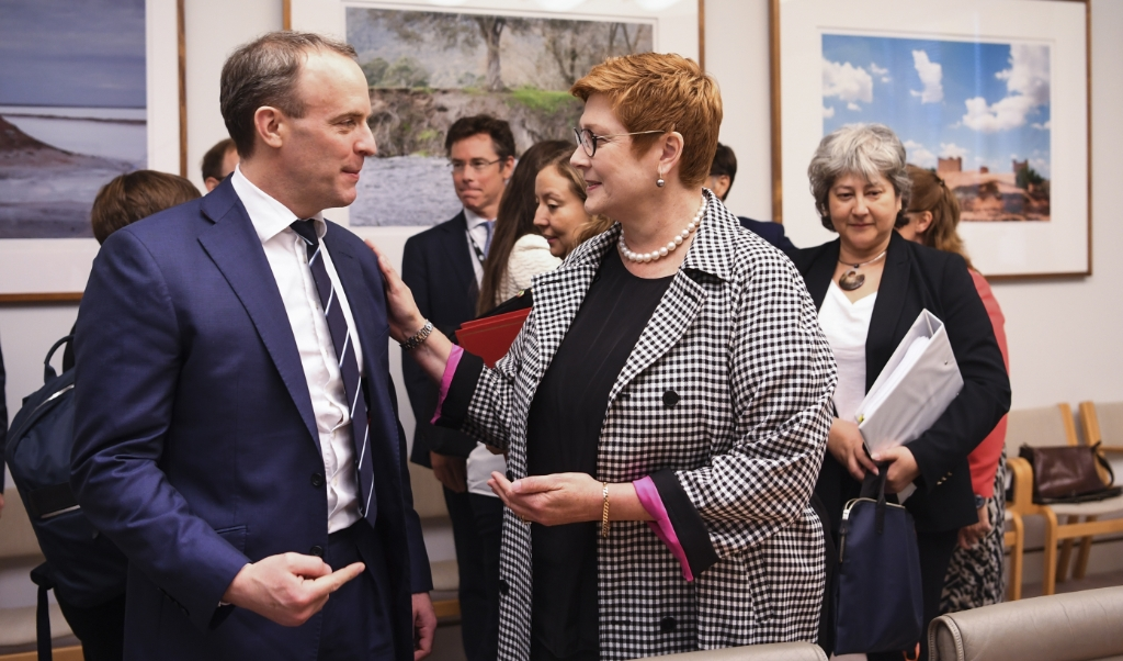 De Britse waarnemend premier Dominic Raab, tevens minister van Buitenlandse Zaken, en zijn Australische collega Marise Payne willen 'diepgaand onderzoek' naar de rol van China bij de uitbraak van het coronavirus.  (beeld epa / Lukas Coch)