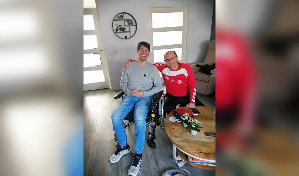 Bastiaan Manschot (r) naast Joey Snijders, oud-speler van voetbalamateurclub GVVV.  (beeld Bastiaan Manschot)