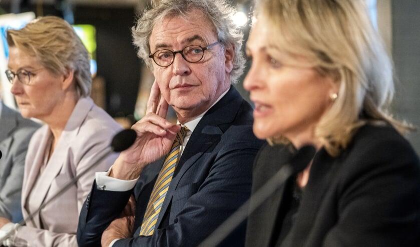 Marjan Rintel (r.) volgt Roger van Boxtel (l.) op als baas van de Nederlandse Spoorwegen.  (beeld anp / Jerry Lampen)