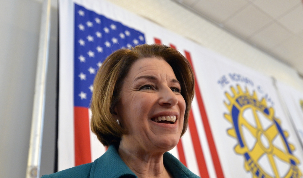 Amy Klobuchar op campagne in New Hampshire.  (beeld afp / Joseph Prezioso)