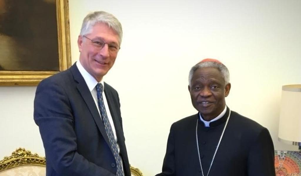 Hein Pieper, dijkgraaf van Waterschap Rijn en IJssel, ontmoet kardinaal Peter Turkson in Vaticaanstad.  (beeld Mark van der Werf)