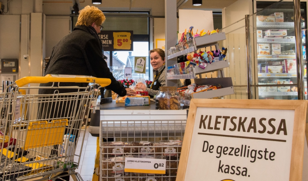 Bij de kletskassa in Vlijmen is twee keer zoveel tijd voor een praatje met klanten.   (beeld Hans-Lukas Zuurman)