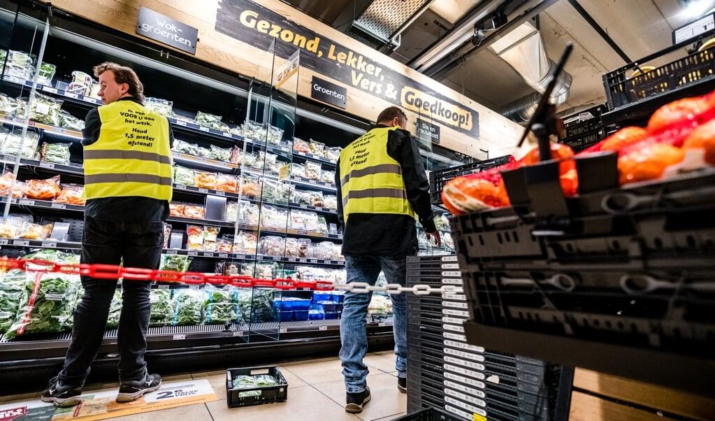 Boodschappen doen is ingewikkelder geworden in deze coronacrisis. Zo worden soms winkelpaden afgesloten, om te voorkomen dat klanten te dicht bij de vakkenvullers komen. Maar de supermarkten zijn nog goed gevuld.  (beeld anp / Rob Engelaar)