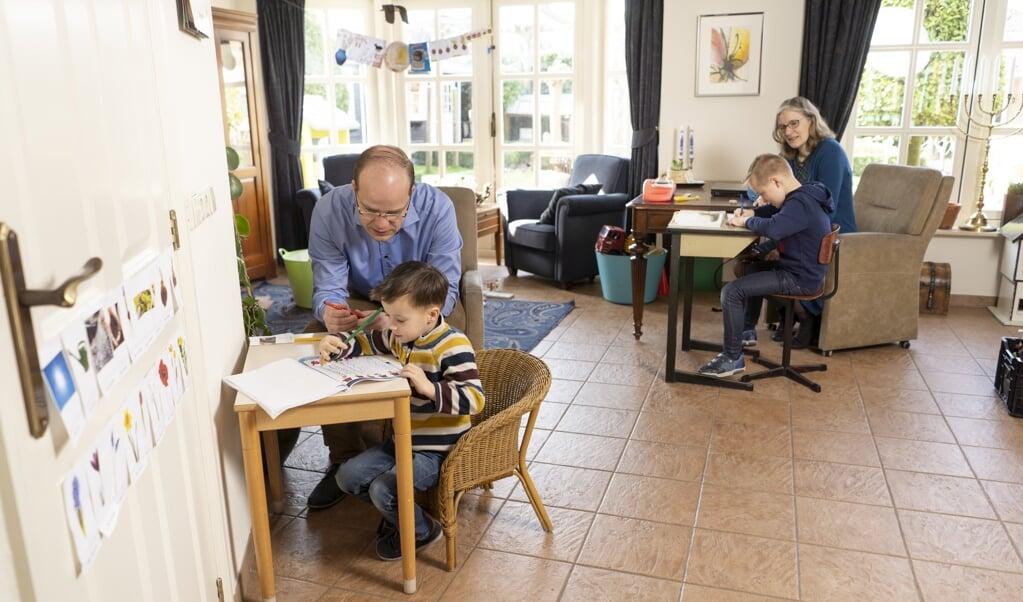Lesley krijgt elke dag thuis les van zijn pleegvader, moeder Lydia begeleidt zoon Bernhard bij zijn huiswerk.  (beeld Niek Stam)