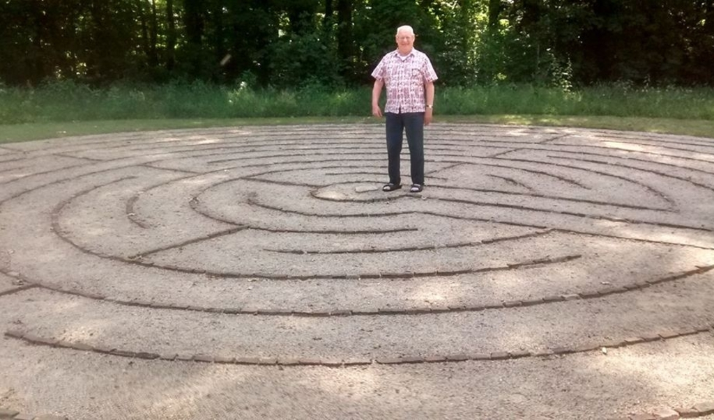 De karmeliet Edgar Koning in 2018 bij het labyrinth dat hij ontwierp voor het klooster in Zenderen, als symbool van de menselijke levensweg.  (beeld Facebook)
