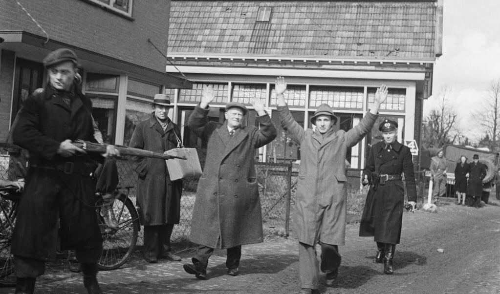 Gearresteerde NSB'ers in de Dorpsstraat in Ruurlo in de Achterhoek op paaszondag 1 april 1945, de dag dat het dorp werd bevrijd.  (beeld Nationaal Archief)