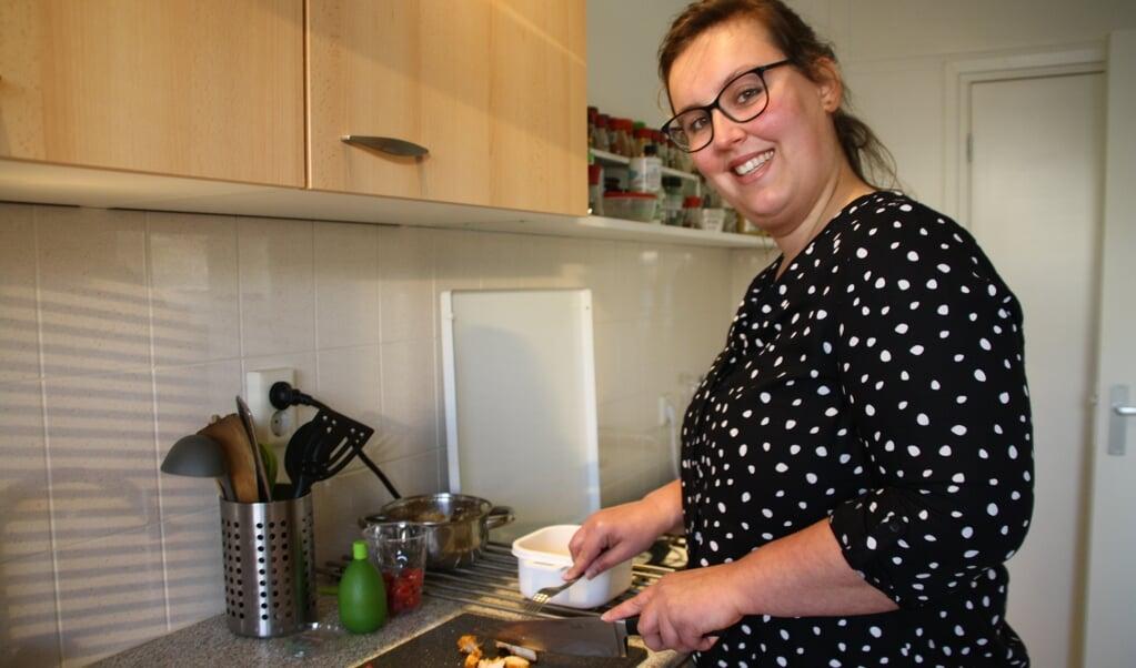 Eline Wientjes werkt in een tapasrestaurant. 'Voor meer mensen koken is voor mij geen probleem.'  (beeld Rosanne de Boer)