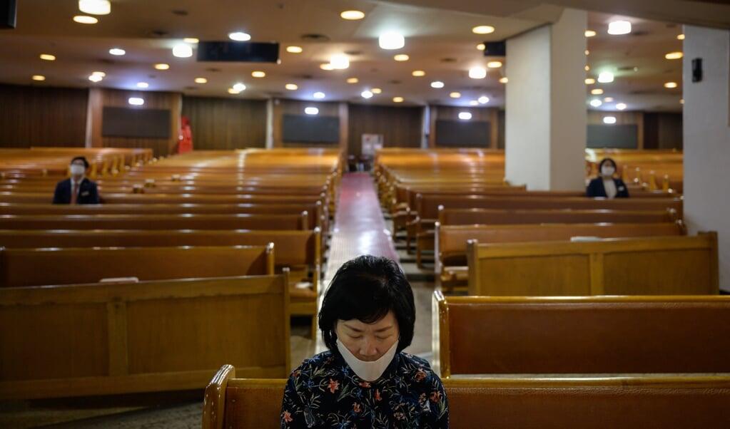 Kerkleden in Zuid-Korea dragen mondkapjes om zichzelf te beschermen tegen het coronavirus.  (beeld afp)