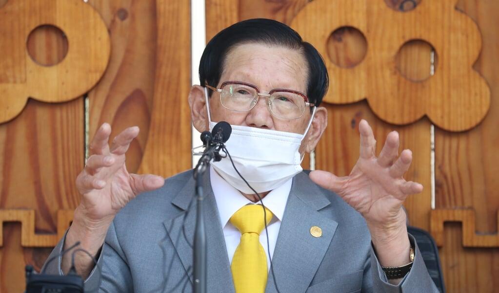 Kerkleider Lee Man-hee van de Zuid-Koreaanse Shincheonji-gemeenschap.  (beeld afp)