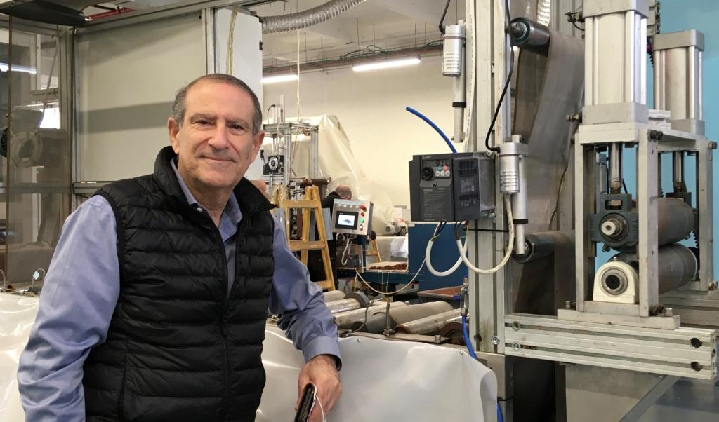 Jeff Gabbay, uitvinder van een herbruikbaar mondkapje, dat virussen en bacteriën doodt, en dat jarenlang  meekan.  (beeld Albert Groothedde)