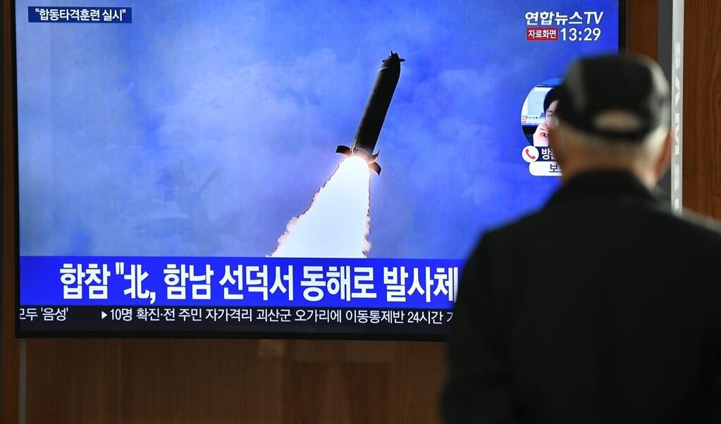 Een man kijkt naar een nieuwsuitzending op televisie over de Noord-Koreaanse rakettest die op 9 maart van dit jaar werd uitgevoerd.  (beeld afp / Jung Yeon-je)