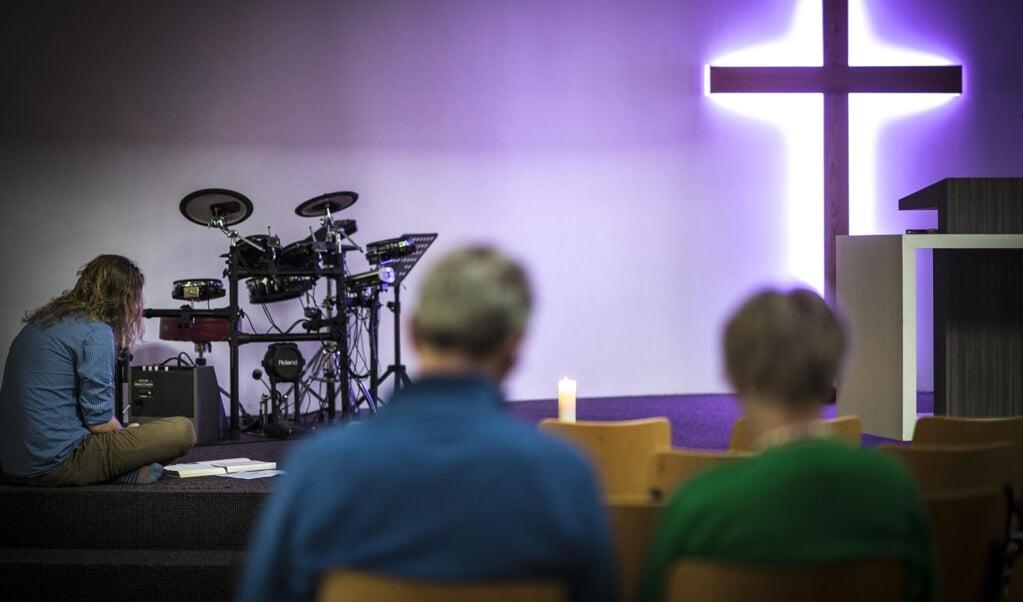 Predikant Lieuwe de Jong houdt elke dag een ochtendgebed, waaraan gemeenteleden in kleine aantallen meedoen.  (beeld Carel Schutte)