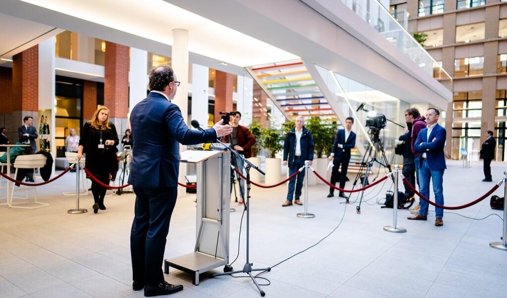 Minister Wouter Koolmees (Sociale Zaken) geeft een toelichting over de Noodmaatregel Overbrugging voor Werkbehoud.   (beeld anp / Bart Maat)