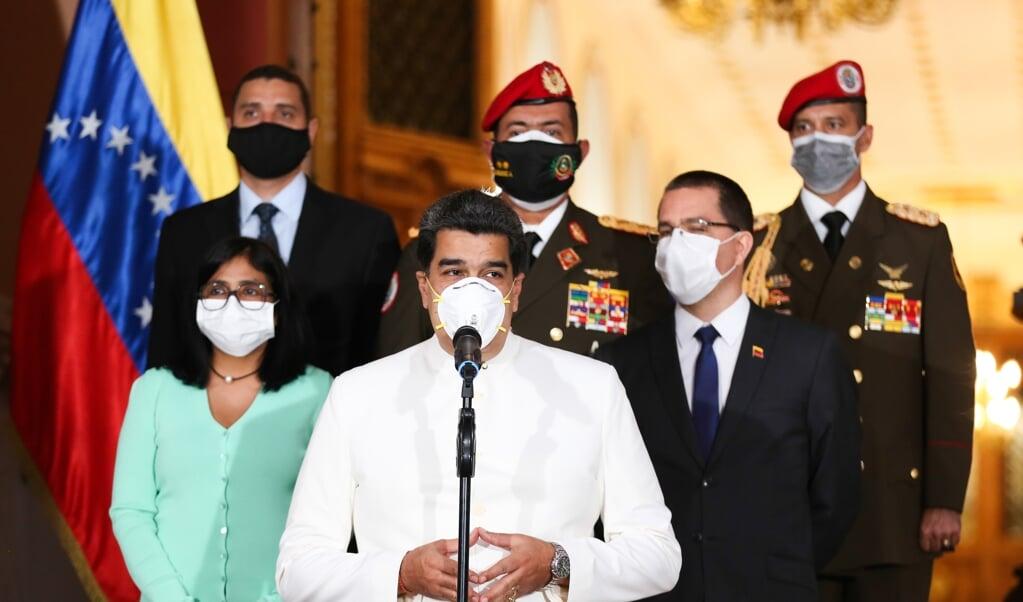De Venezolaanse president Maduro (midden) heeft het hele land in verband met het coronavirus in quarantaine gezet.  (beeld afp / Zurimar Campos)