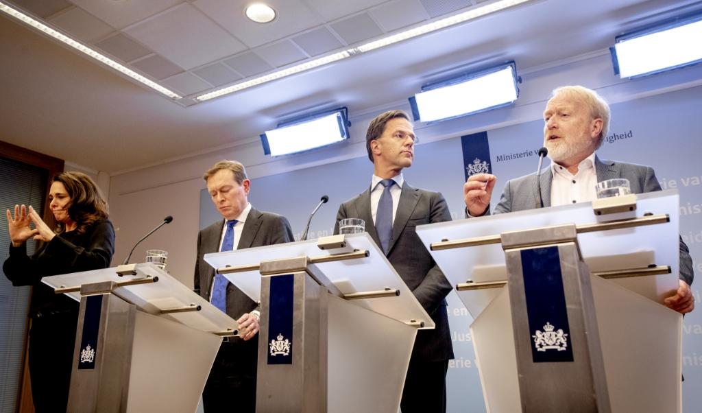 Minister-president Mark Rutte gaat voor het beleid dat de regering voert af op de adviezen van het RIVM. Dus is Jaap van Dissel vaak te zien.  (beeld  anp / Sem van der Wal)