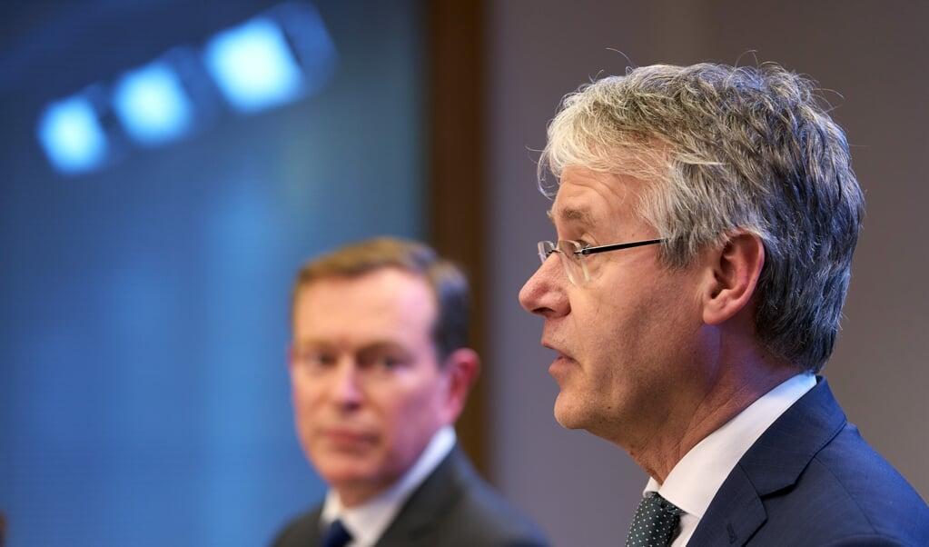 Minister Arie Slob (rechts) en de inmiddels afgetreden minister Bruno Bruins tijdens een persconferentie deze week over aanvullende maatregelen in verband met het coronavirus.  (beeld anp / Phil Nijhuis)