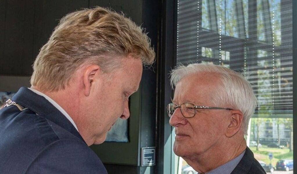 In 2018 werd pater Hans de Visser door burgemeester Mark Buijs benoemd als lid in de Orde van Oranje-Nassau wegens zijn grote inzet voor de gemeenschap van Boxtel.  (beeld Heemkunde Boxtel / Facebook)