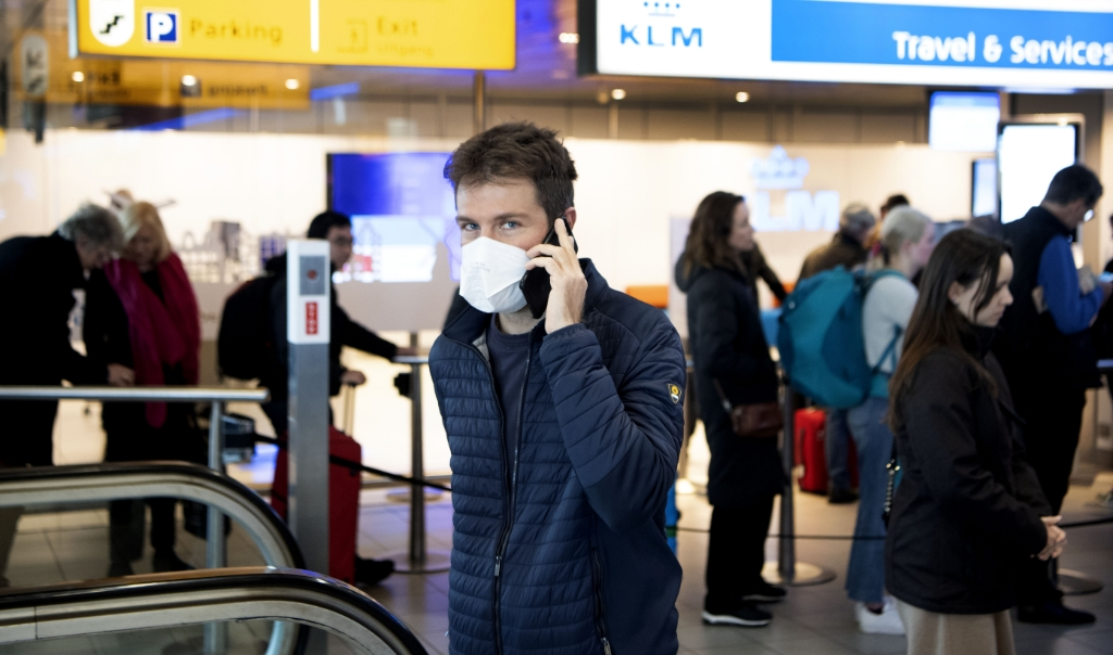 Drukte in de vertrekhal bij de informatiebalie van KLM op Schiphol.   (beeld anp / Olaf Kraak)
