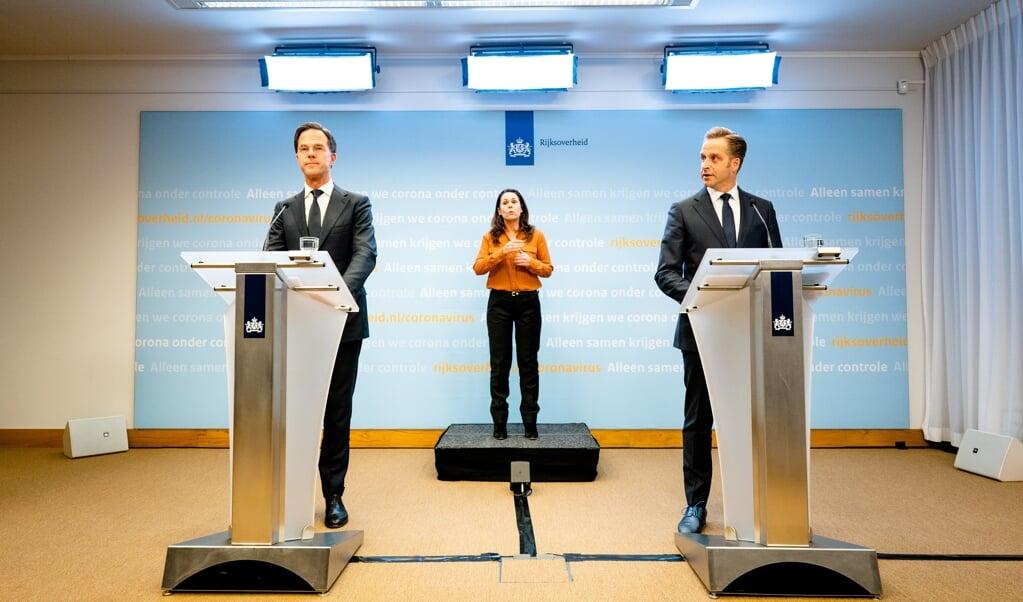 Premier Mark Rutte en Minister Hugo de Jonge van Volksgezondheid, Welzijn en Sport (CDA) tijdens de persconferentie na afloop van het overleg van het crisisteam van het kabinet over de coronacrisis. Het kabinet heeft besloten hoe het verder moet met de strenge coronamaatregelen.  (beeld anp / Bart Maat)