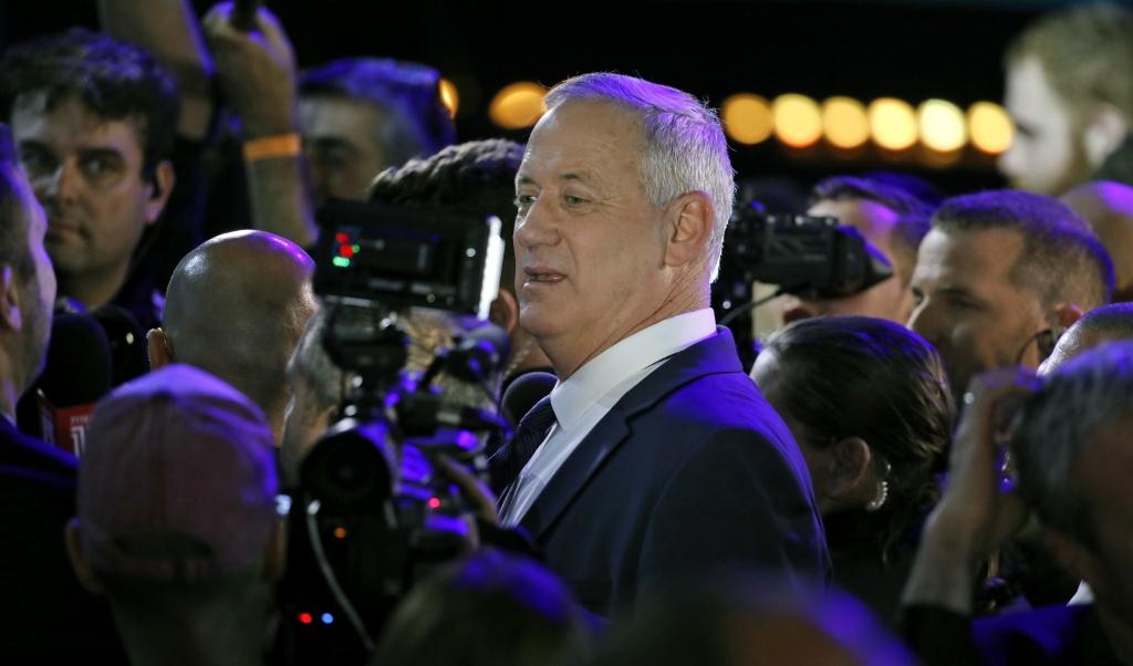 In een verbluffende koerswijziging wordt oppositieleider Benny Gantz eerst parlementsvoorzitter en zal hij na 18 maanden de plaats van premier Benjamin Netanyahu overnemen.  (beeld afp / Menahem Kahana)