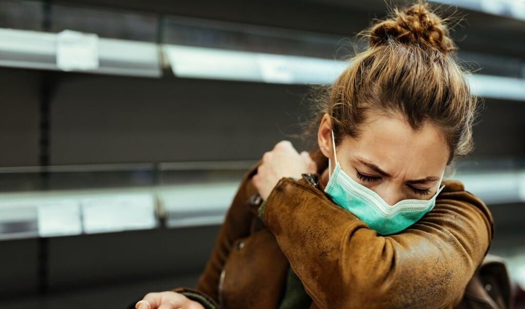 Bij deze niesmethode kunnen druppels ver komen.   (beeld istock)
