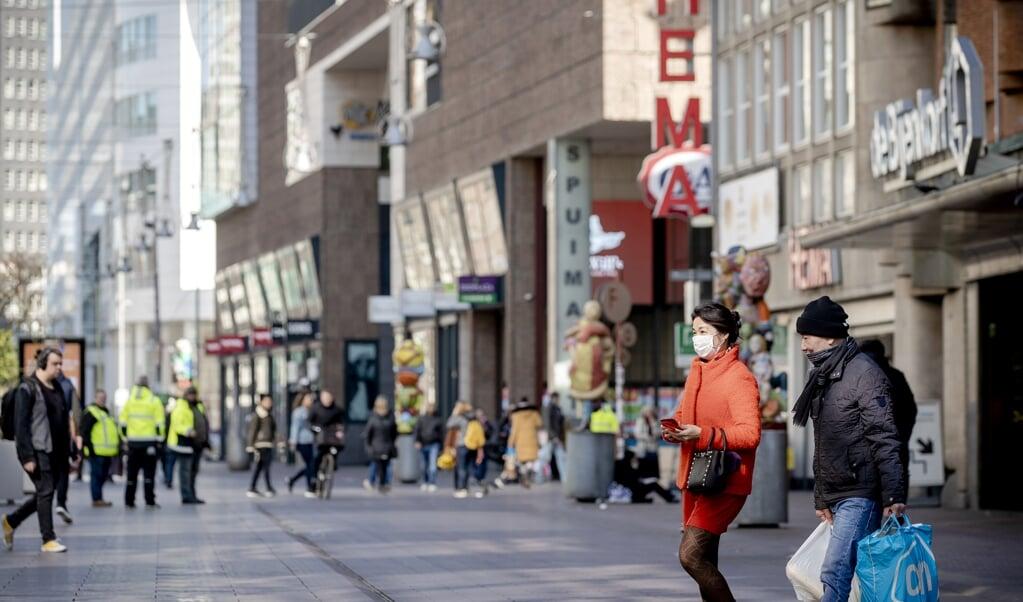 Thuisbesmetting is gemakkelijker aan te tonen dan besmetting ergens anders, bijvoorbeeld op straat of in de supermarkt.  (beeld anp / Sem van der Wal)