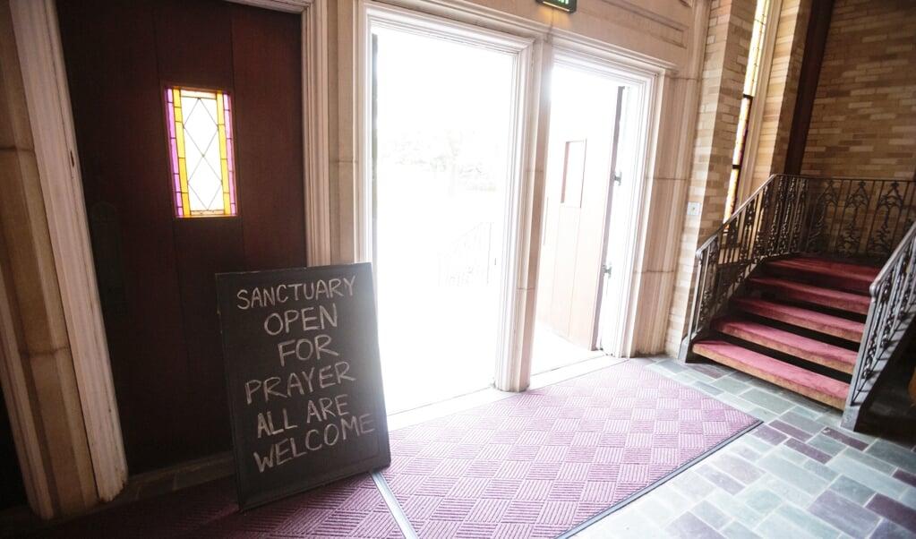 <p>Het is voor kerken een hele kunst om &eacute;cht open te gaan &ndash; bij alle geldende beperkingen rondom corona.</p>  (beeld epa / Dan Anderson)