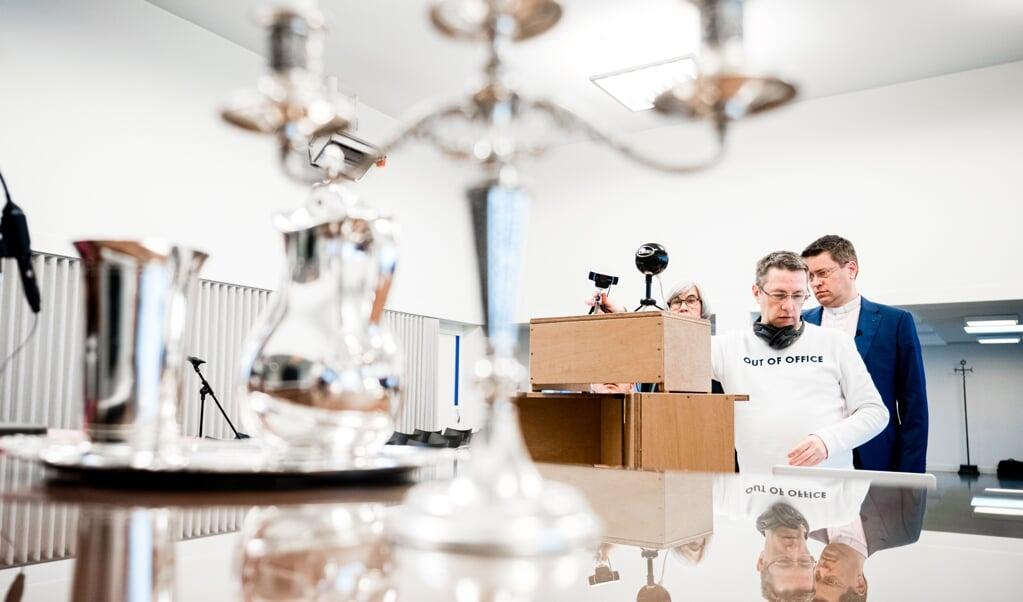 <p>De Tilburgse dominee Otto Grevink tijdens de voorbereidingen voor een online coronaviering in maart.</p>  (beeld anp / Rob Engelaar)