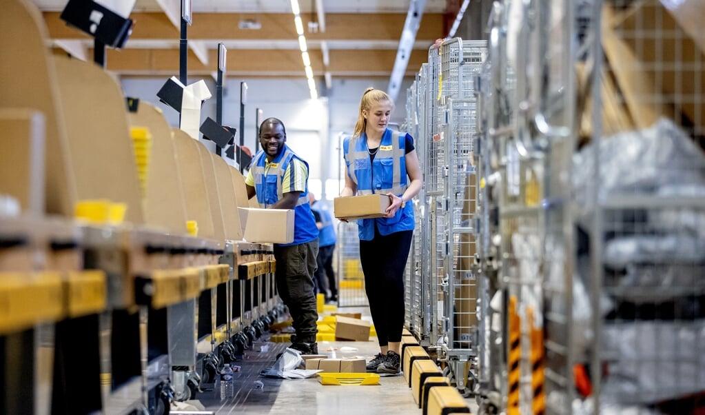 <p>Distributiecentrum van pakketbezorger DHL in Zaltbommel.</p>  (beeld anp / Koen van Weel)