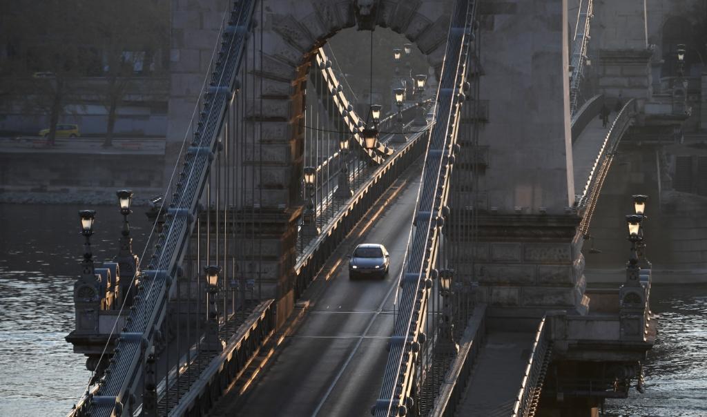 Het straatbeeld op de toeristische Lanchid-brug in Boedapest.  (beeld afp)