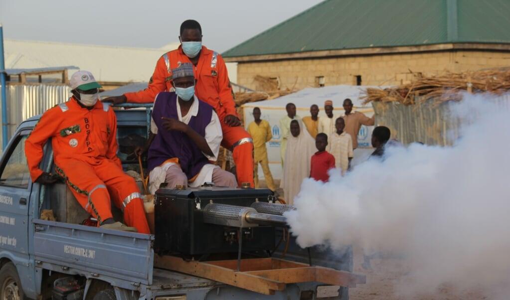 Autoriteiten desinfecteren een vluchtelingenkamp in het noorden van Nigeria, om verspreiding van het coronavirus te voorkomen.  (afp / Audu Marte)