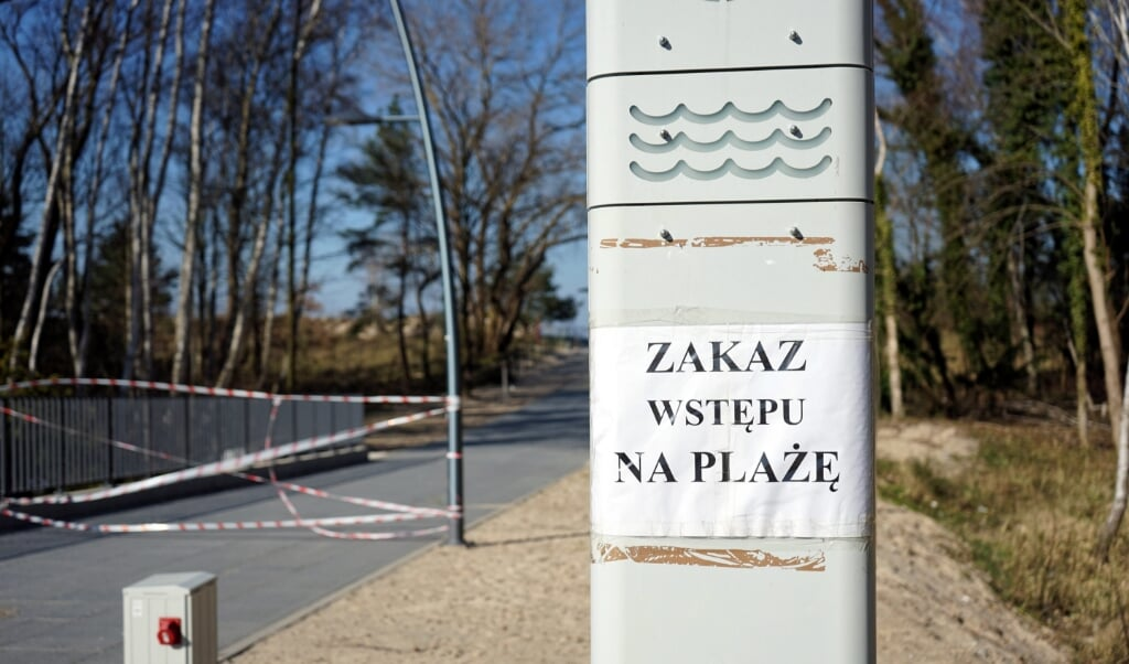 2020-04-06 00:00:00 epa08346758 No entry to the beach due to the Corona crisis in Swinoujscie, northwestern Poland, 6 April 2020. Swinoujscie is one of the most important areas of the Szczecin metropolitan region, despite its relatively small population, Swinoujscie is Poland's ninth largest city by area.  EPA/Marcin Bielecki POLAND OUT  (beeld Epa/marcin Bielecki Poland out)