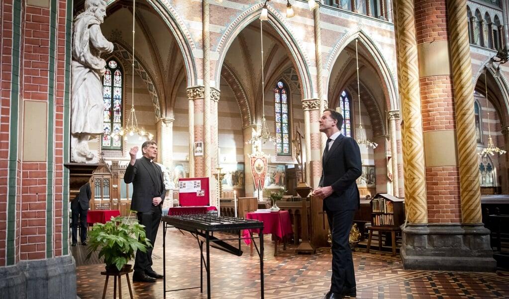 Premier Mark Rutte in de Jacobuskerk. Rutte bespreekt met een afvaardiging van de katholieke kerkgemeenschappen hoe men in de kerk omgaat met vraagstukken rond het coronavirus.   (beeld anp / Remko de Waal)