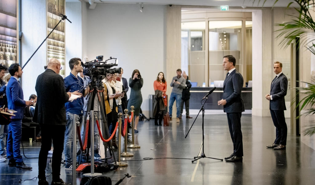 Premier Mark Rutte en minister Hugo de Jonge van Volksgezondheid, Welzijn en Sport (R) staan de pers te woord bij het ministerie van Veiligheid en Justitie na afloop van een overleg van de Ministeriele Commissie Crisisbeheersing (MCCb) over het coronavirus.   (beeld anp / Sem van der Wal)