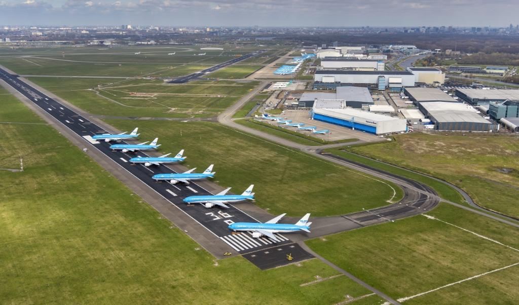 Vliegtuigen van KLM staan werkloos op de Aalsmeerbaan geparkeerd.  (beeld anp / Peter Bakker)