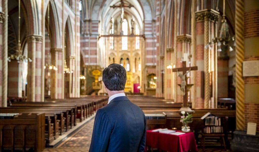 Premier Mark Rutte in de St. Jacobskerk in Den Haag. Alpha Nederland wil dat kerken inspelen op de groeiende vraag naar zingeving.  (beeld anp / Remko de Waal)