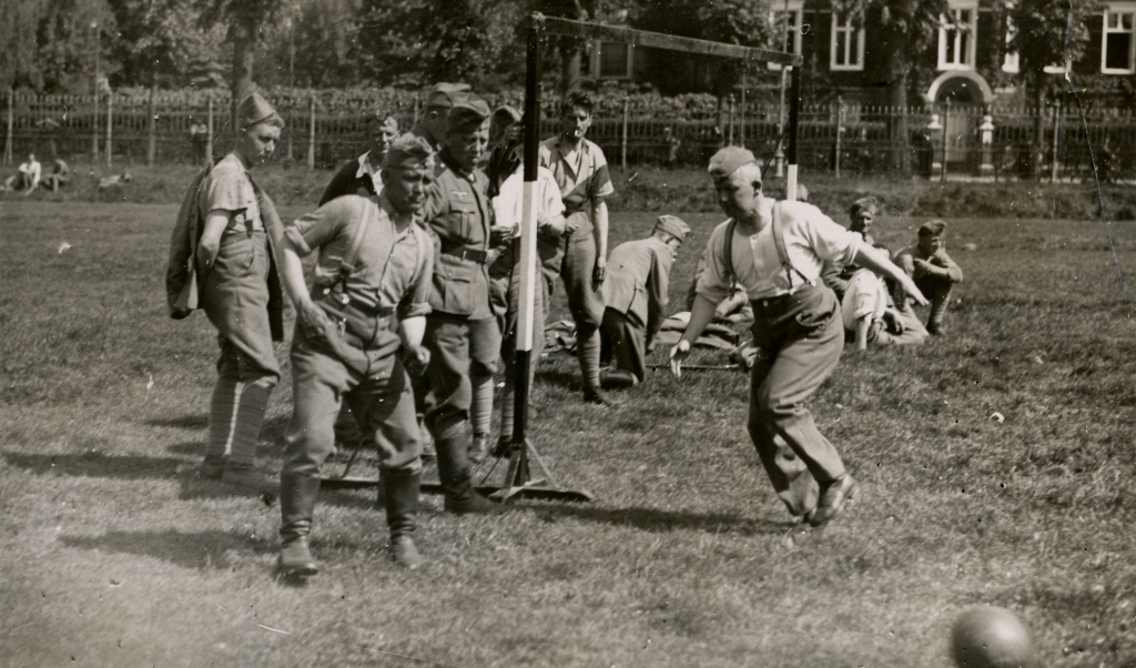 Voetballende Nederlandse en Duitse soldaten, kort na de Duitse inval in mei 1940.  (beeldbank wo2 - niod)