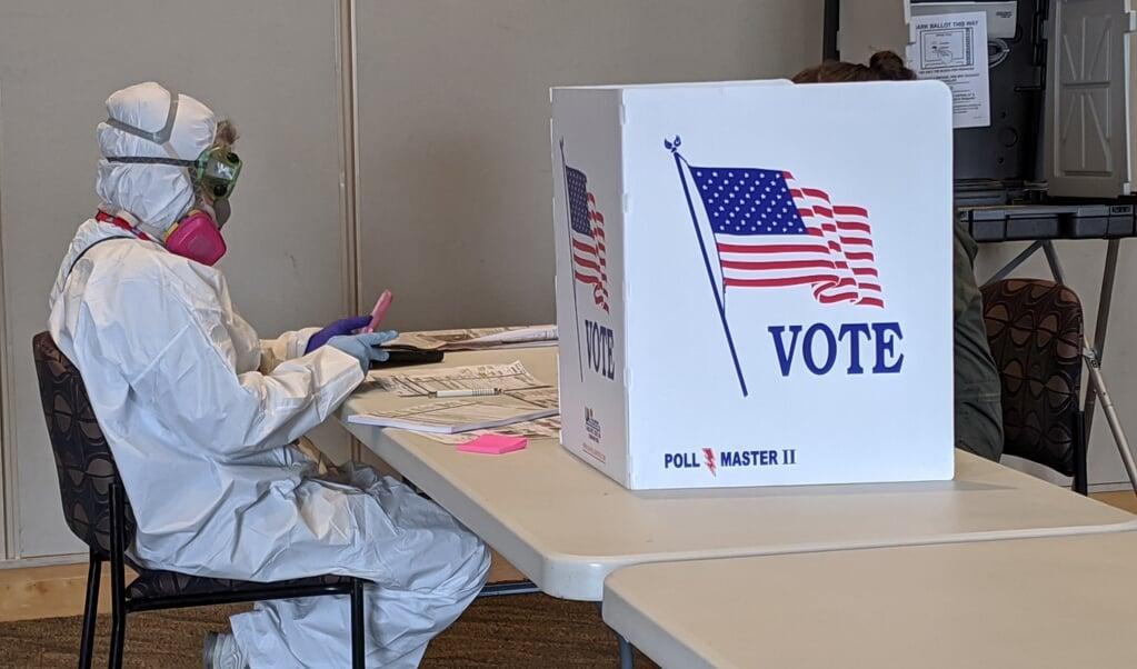 De voorzitter van een stembureau in Kenosha, Wisconsin, tijdens de voorverkiezingen in april dit jaar.  (beeld Henkle / afp)